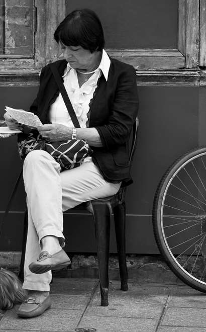 Woman_reading_mail_paris_street.jpg